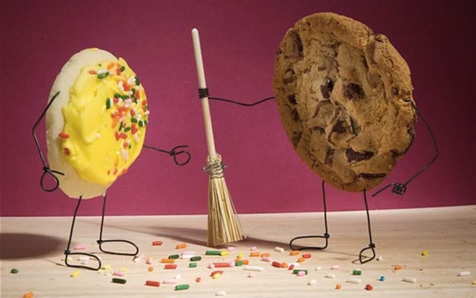 Le biscuit laisse des miettes derrière lui
