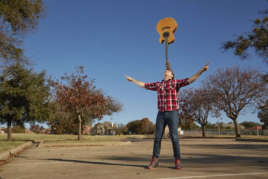 Maintenir une guitare le plus longtemps en équilibre sur le front