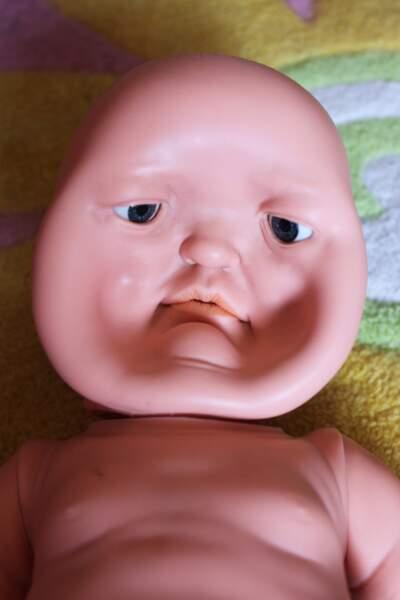 Cette poupée s'est faite massacrer