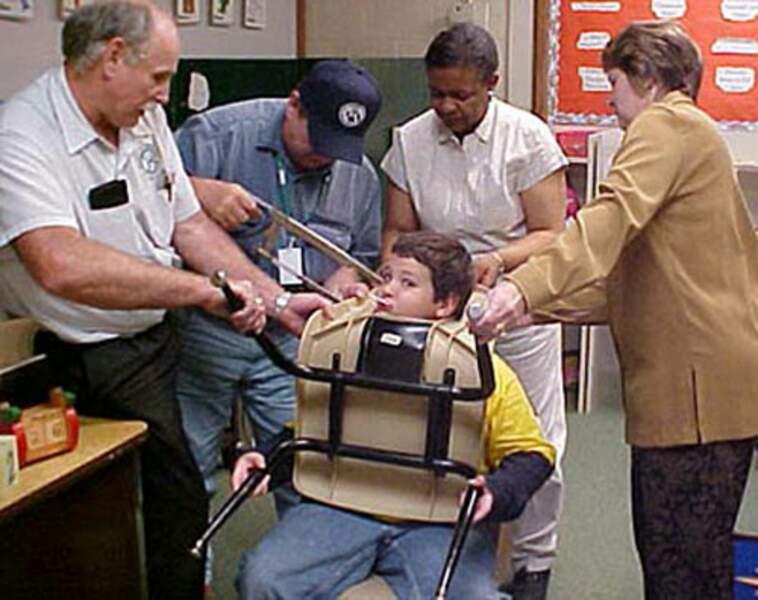 Tête d'enfant coincée dans une chaise