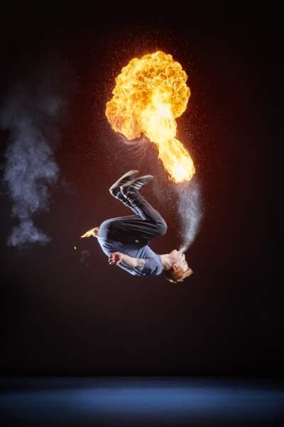 Le plus de saltos arrière en crachant du feu
