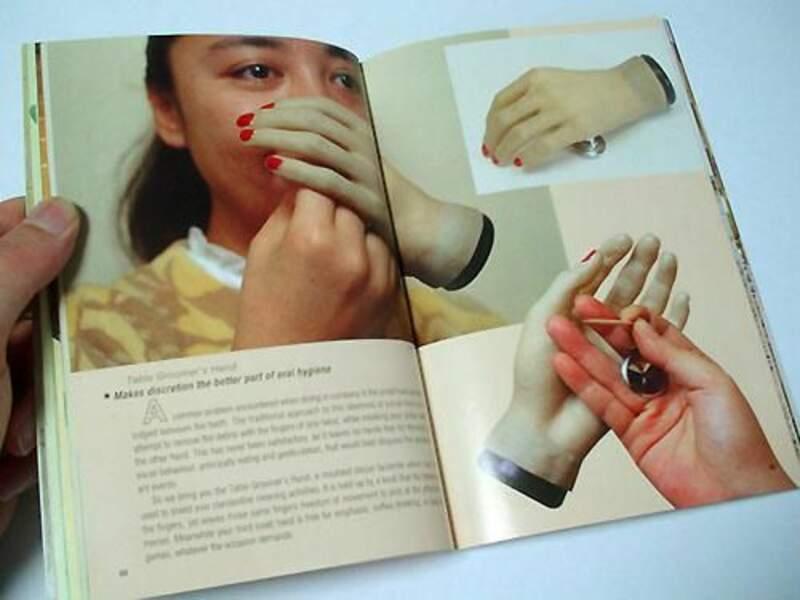 La main qui permet de se curer les dents/le nez en toute discrétion...