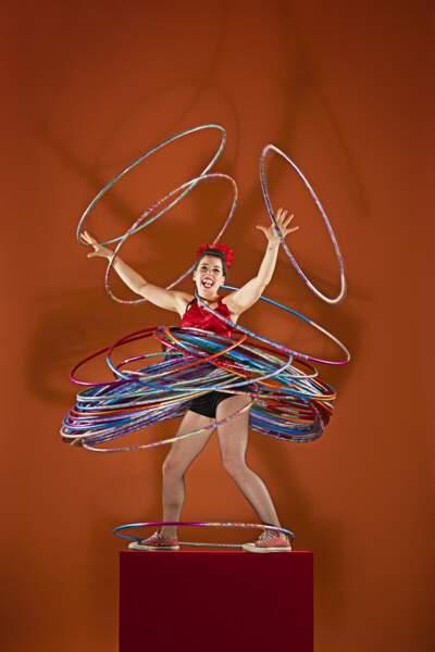 Le plus de hula hoops simultanément sur plusieurs parties du corps