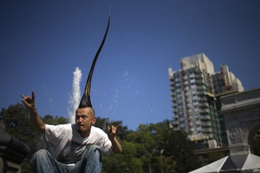 Avec 1,3 m de cheveux surélevés, Kazuhiro Watanabe détient le record de la plus grande crête iroquoise au monde.