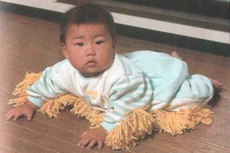 Le pyjama-serpillère qui permet aux mioches de participer aux tâches ménagères