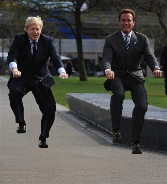 Boris Johnson et Arnold Schwarzenegger sur des vélos invisibles...