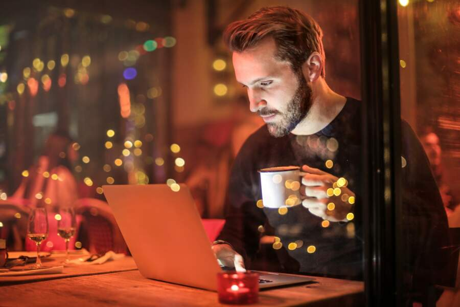 11 • Il se fait berner par les pubs sur Internet