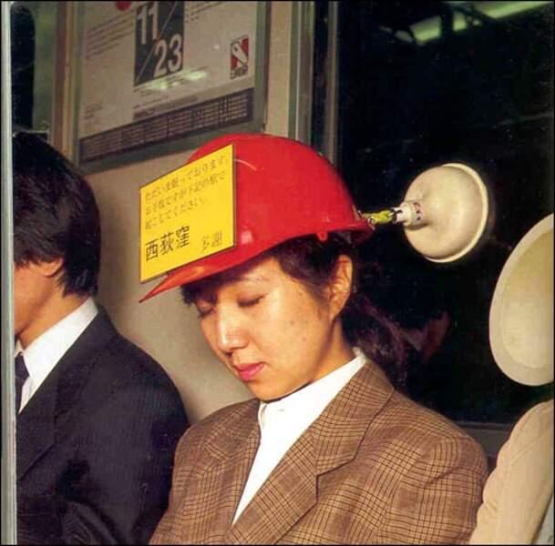 Le casque-ventouse qui permet de dormir tranquilou dans le métro