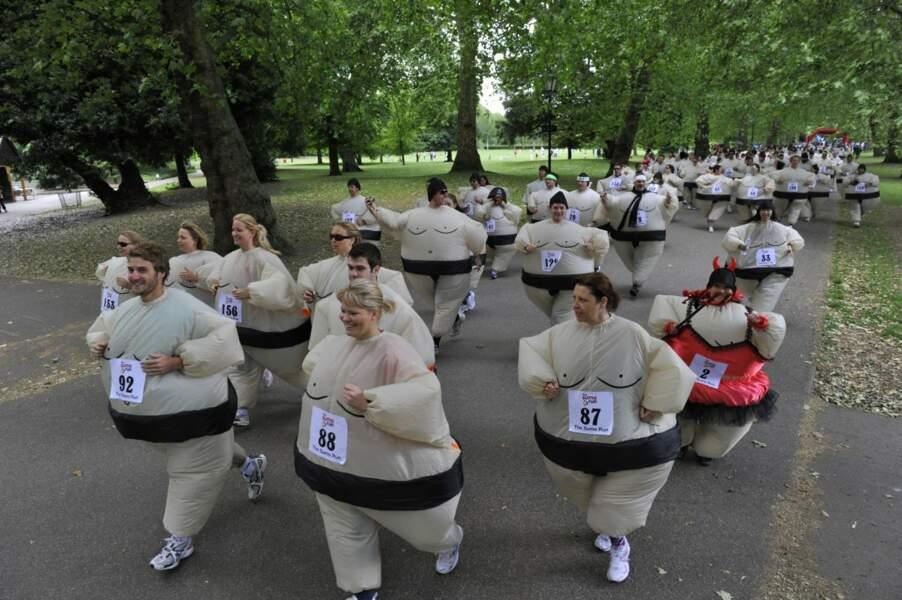 Le record de la plus grande course en costume de Sumo, a été établi à Londres en juin 2010.