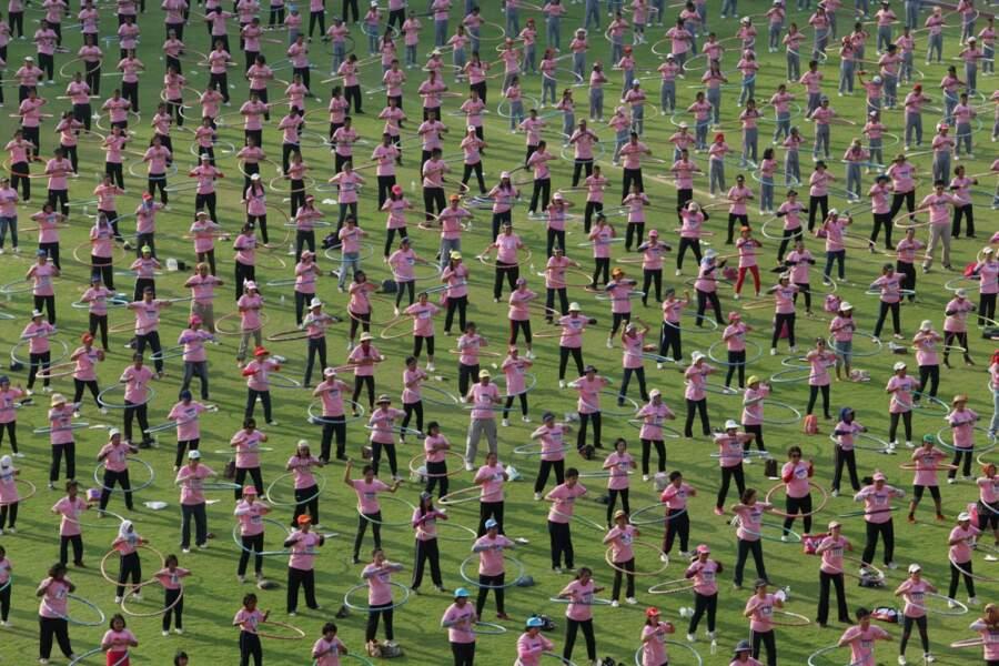 En février 2013, 4 483 personnes ont fait du hula hoop simultanément pendant 7 minutes. Nouveau record !