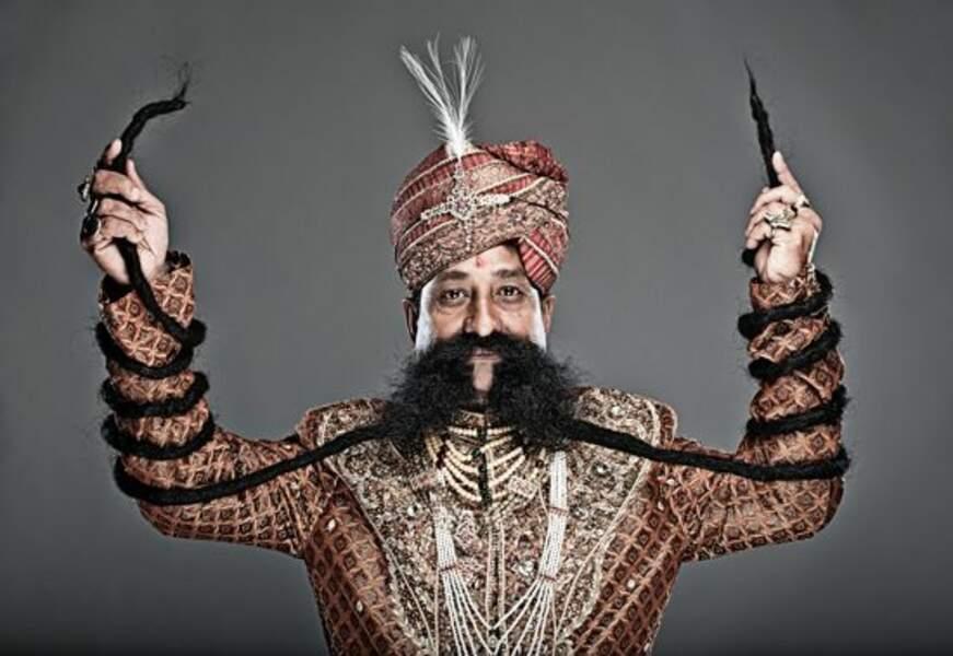 La plus longue moustache du monde : 4,3 mètres
