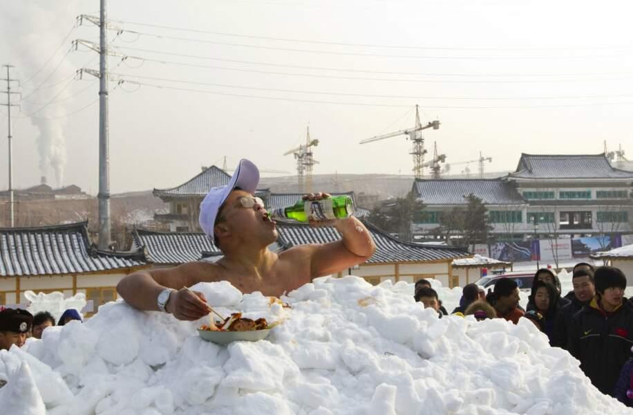 Jin Songhao est l'homme qui a passé le plus de temps nu en contact direct avec de la neige. Il a tenu 46 min 07.