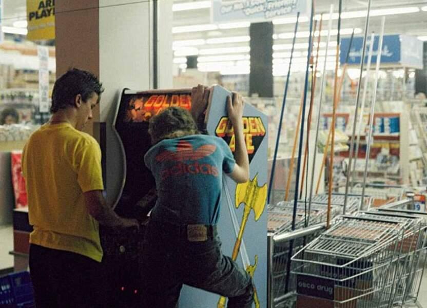 Concentration dans la salle d'arcade