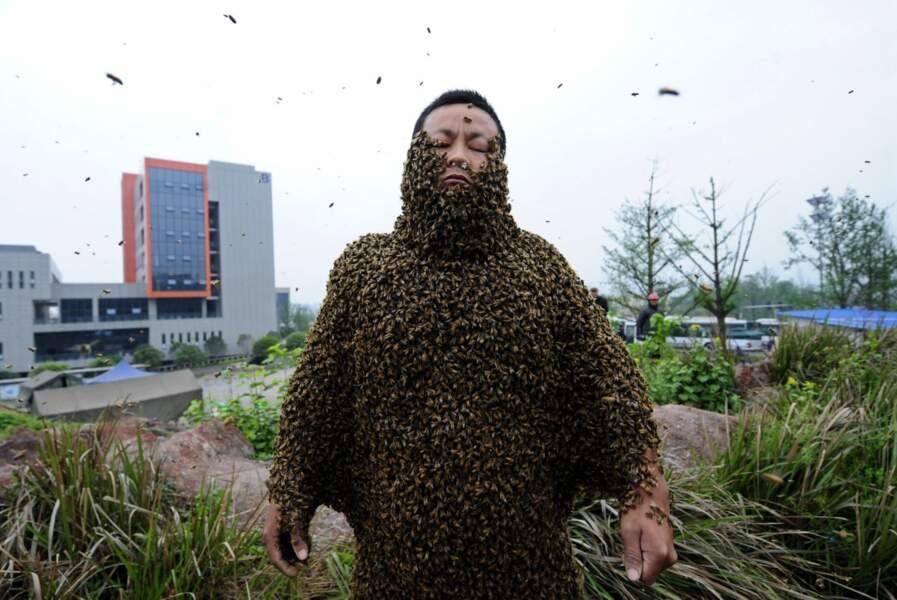 She Ping détient le record du plus grand nombre d'abeilles portées sur le corps : 331 000 !