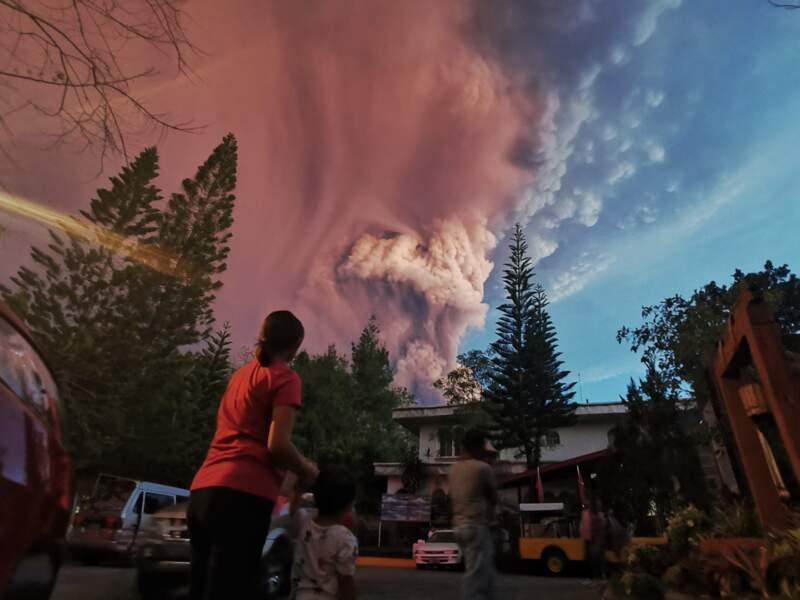 Le volcan en éruption, les habitants s'organisent