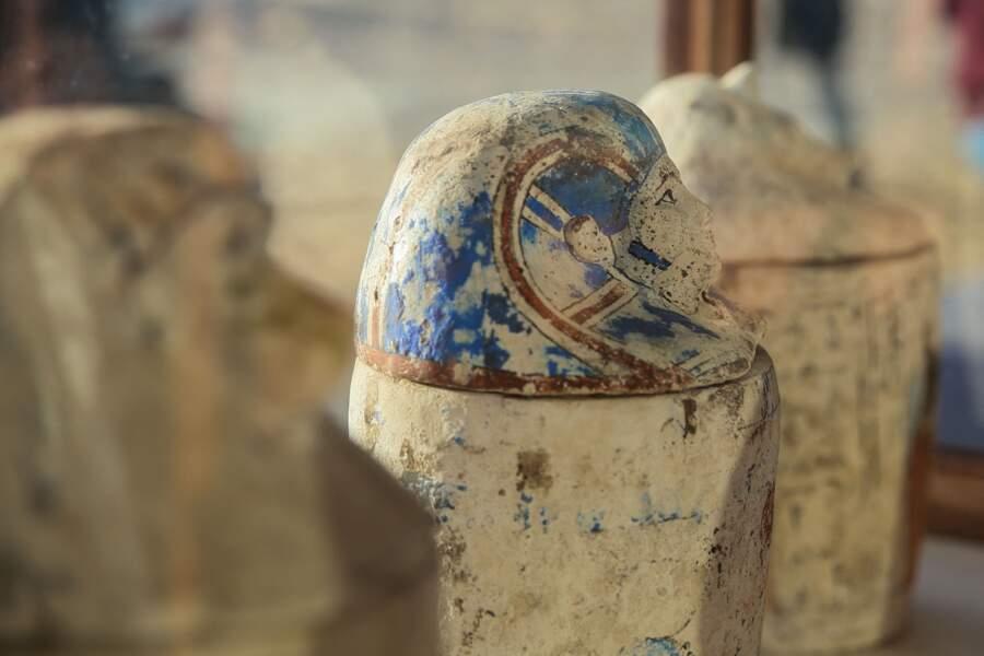 Les archéologues ont découvert des milliers de statuettes en faïence et des amulettes en forme de scarabée