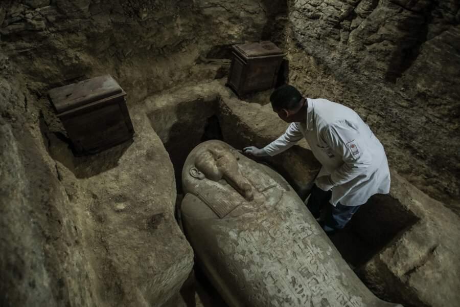 En plus des prêtres, les sarcophages abritent les dépouilles de Hauts dignitaires d'Egypte