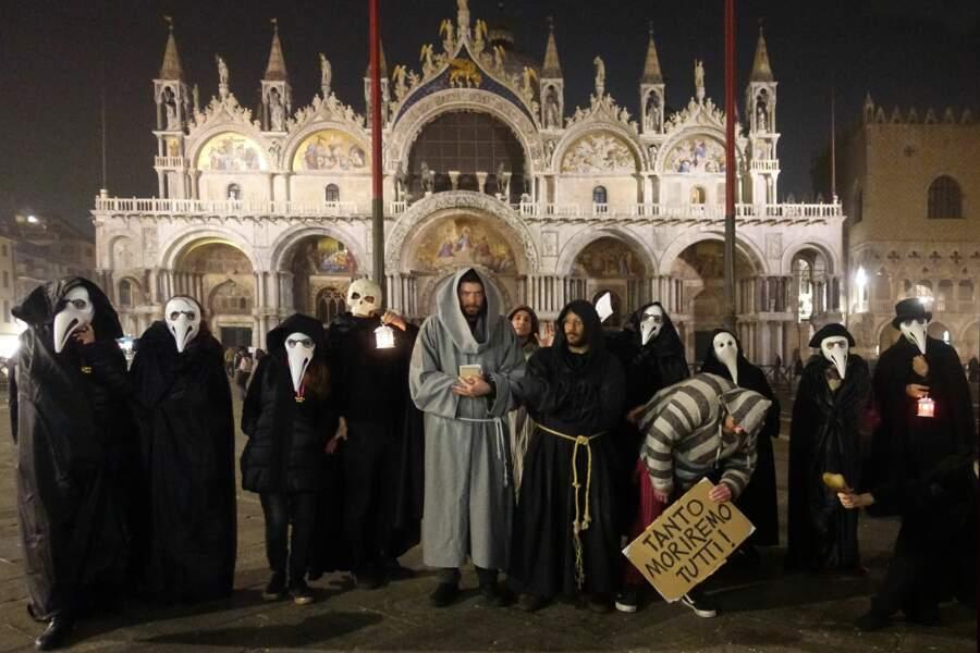 Ils ont récité des litanies en latin sur la place Saint-Marc.