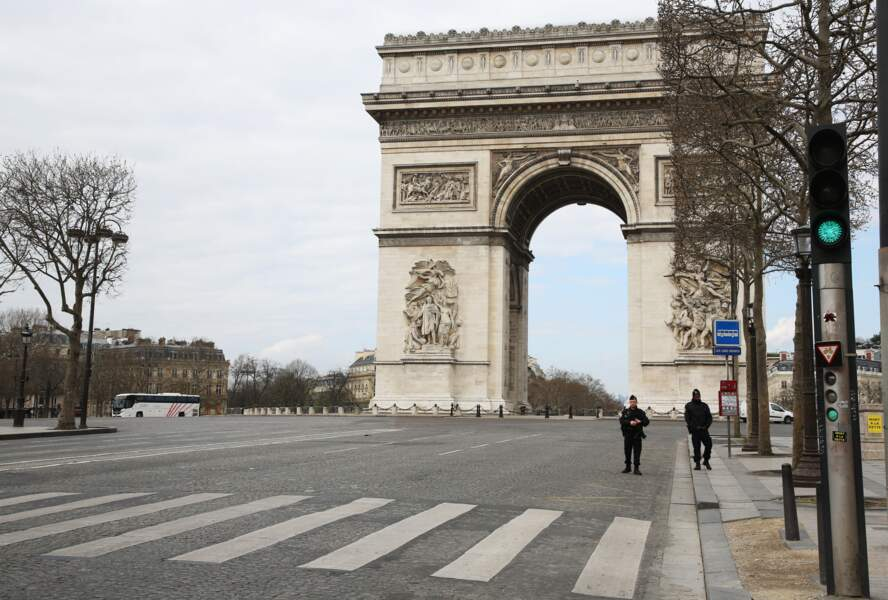 Les Champs-Élysées complètement déserts