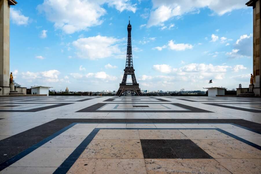 La Tour Eiffel, Paris, le 18 mars 2020, deuxième jour du confinement
