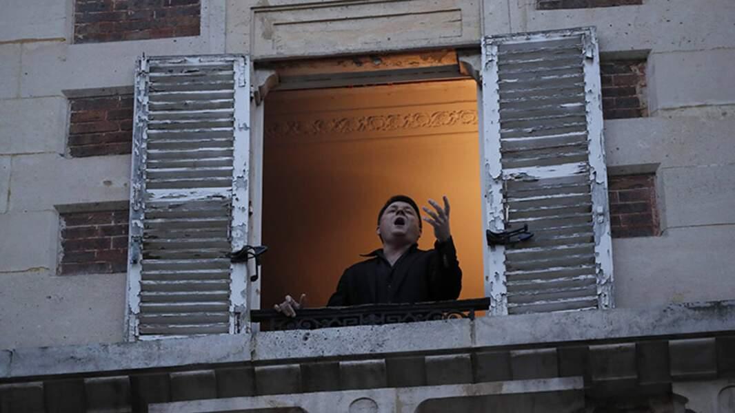 Le ténor Stéphane Sénéchal à sa fenêtre à Paris, le 24 mars 2020