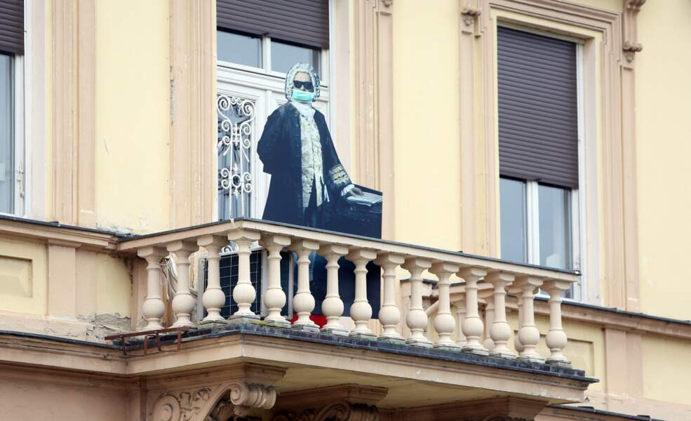 Bach masqué et au balcon en Croatie, 21 mars 2020