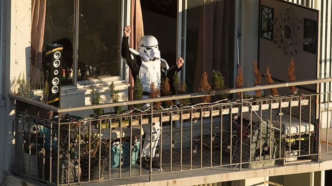 Un storm trooper sur un balcon de Vancouver, 24 mars 2020