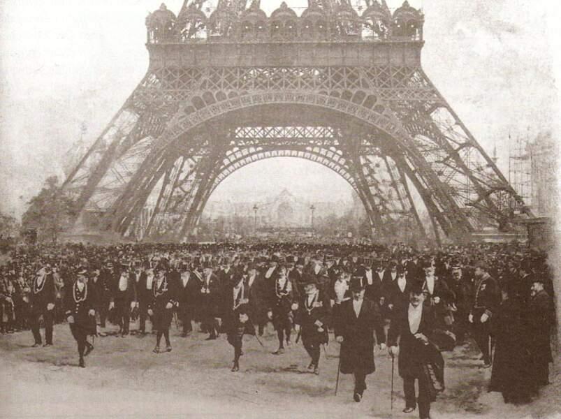 L'inauguration de l'Exposition universelle, le 15 avril 1900, s'est tenue au pied de la Tour Eiffel, elle-même conçue pour une précédente Exposition universelle à Paris, celle de 1889.