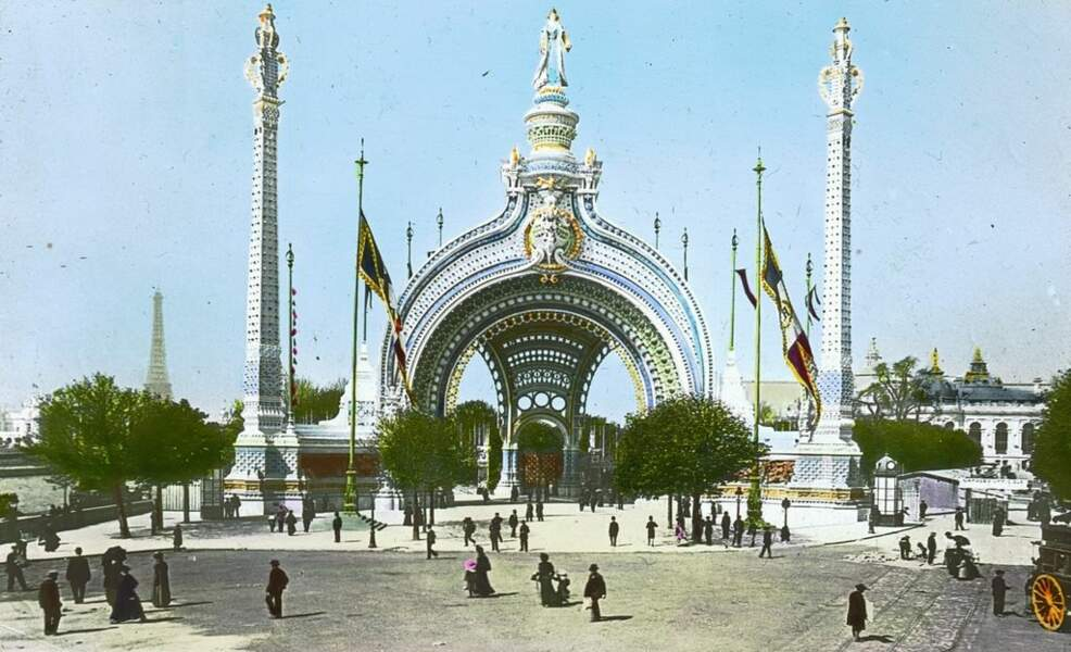 """Place de la Concorde, l'architecte René Binet conçoit la """"Porte monumentale"""" qui permet d'accéder à l'Exposition. En plus d'élaborer un édifice majestueux, il utilise l'électricité pour donner de la couleur et de la vie à la porte. La même année, il est fait chevalier de la légion d'honneur."""