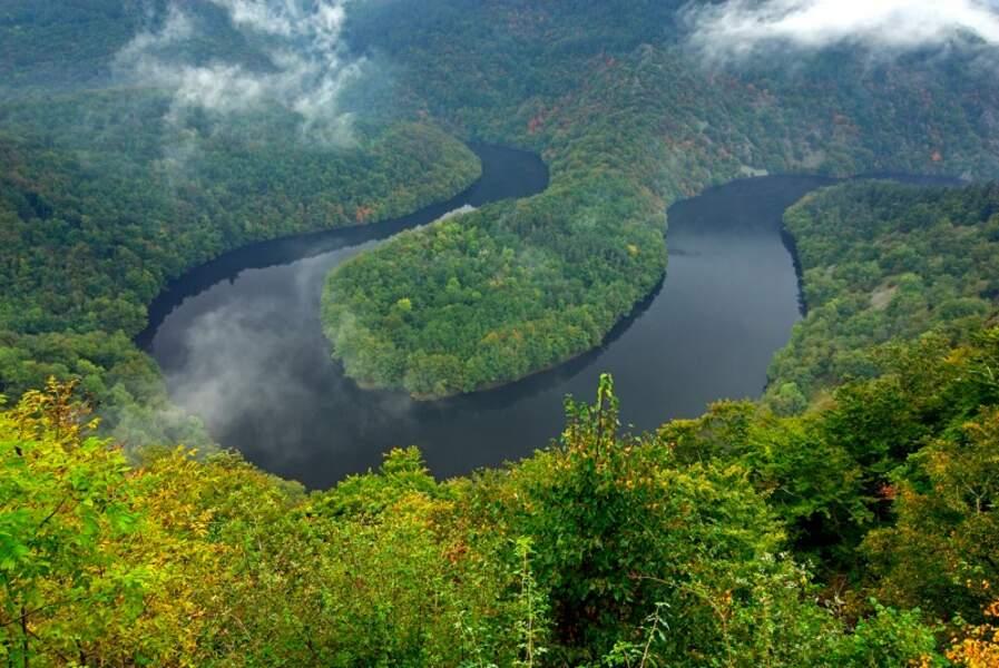 Le méandre de Queuille dans la vallée de la Sioule, Allier
