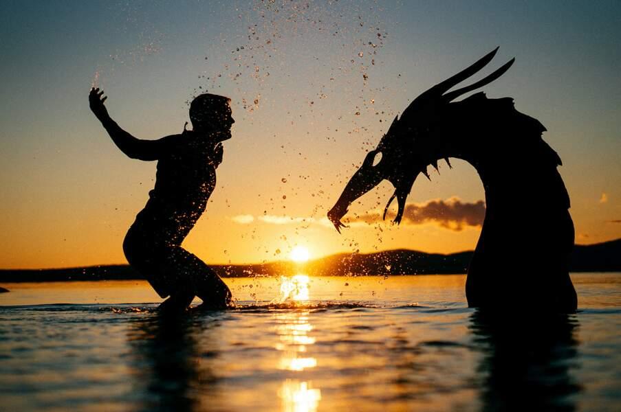 John Marshall qui joue dans l'eau du lac avec un monstre