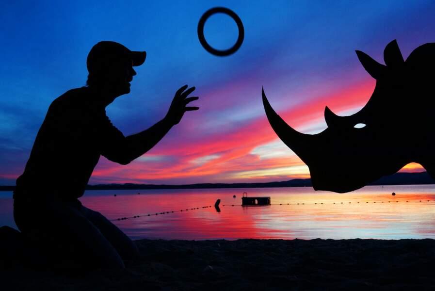 John Marshall joue à encercler la corne d'un rhinocéros