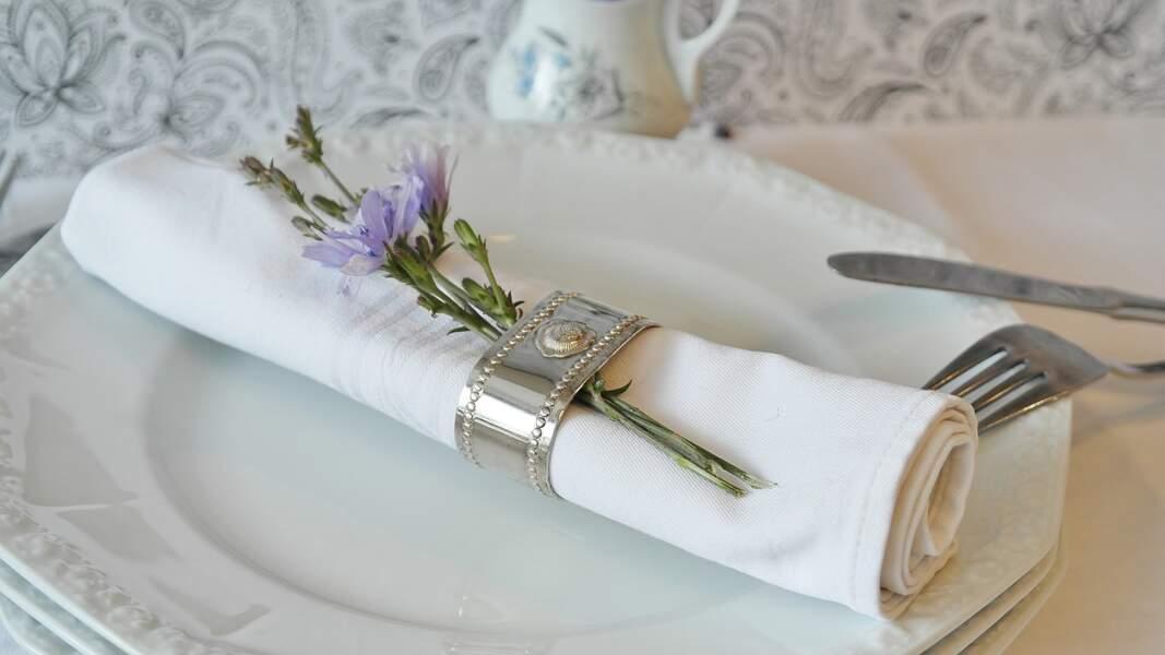 Peut-on poser sa serviette sur la table du repas ?