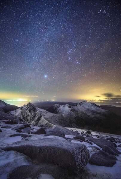 Nuit étoilée au-dessus de Caisteal Abhail, une montagne sur l'île d'Arran en Ecosse