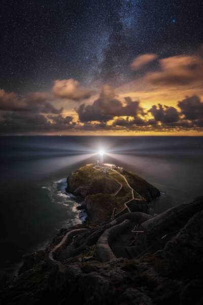 Magnifique phare à Anglesey dans l'extrême nord-ouest du pays de Galles