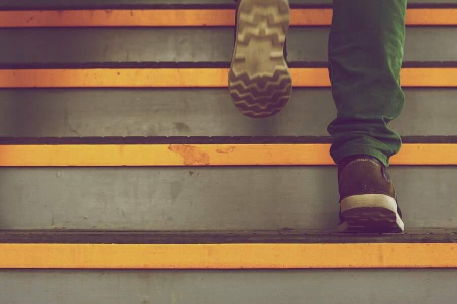 Quand c'est possible mettre en place des escaliers pour monter et d'autres pour descendre afin d'éviter un engorgement et un croisement
