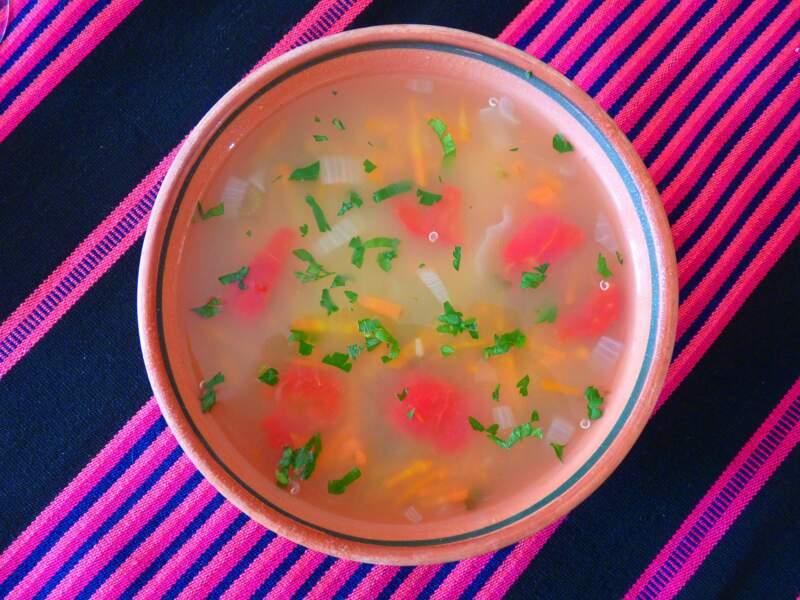 Au Pérou, bouillon et morceaux de poisson avec jus de citron et de citron vert, ail et gingembre.
