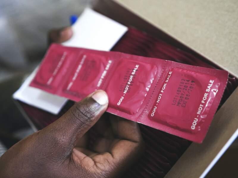 La production mondiale de préservatifs a chuté de près de 50%
