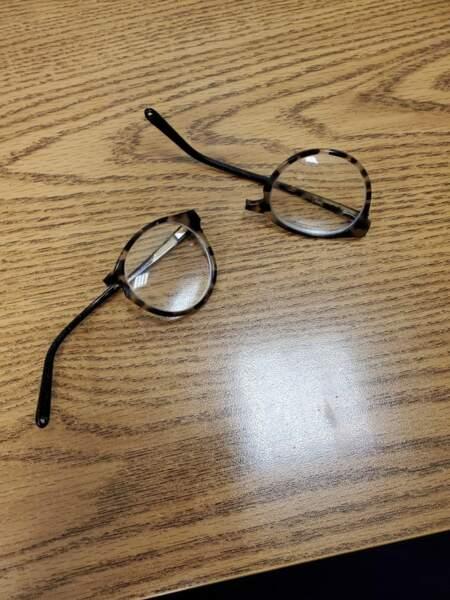 9. Elle a cassé ses lunettes en éternuant