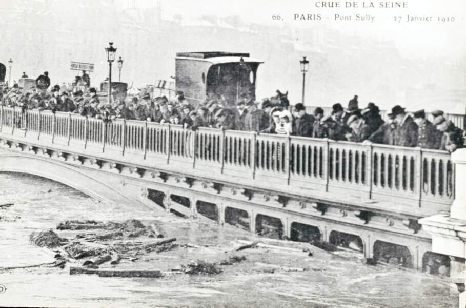 Les Parisiens observent la montée des eaux qui atteint dangereusement certains ponts