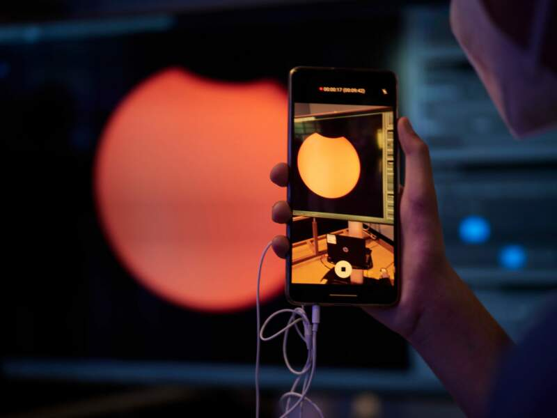 Une projection montre l'éclipse solaire sur l'esplanade du Planétarium de Pampelune