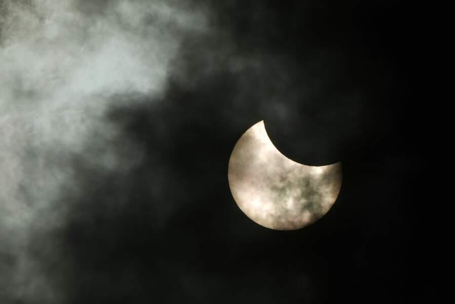 A Saint-Petersbourg, le ciel était voilé mais ça n'a pas empêcher d'observer l'éclipse