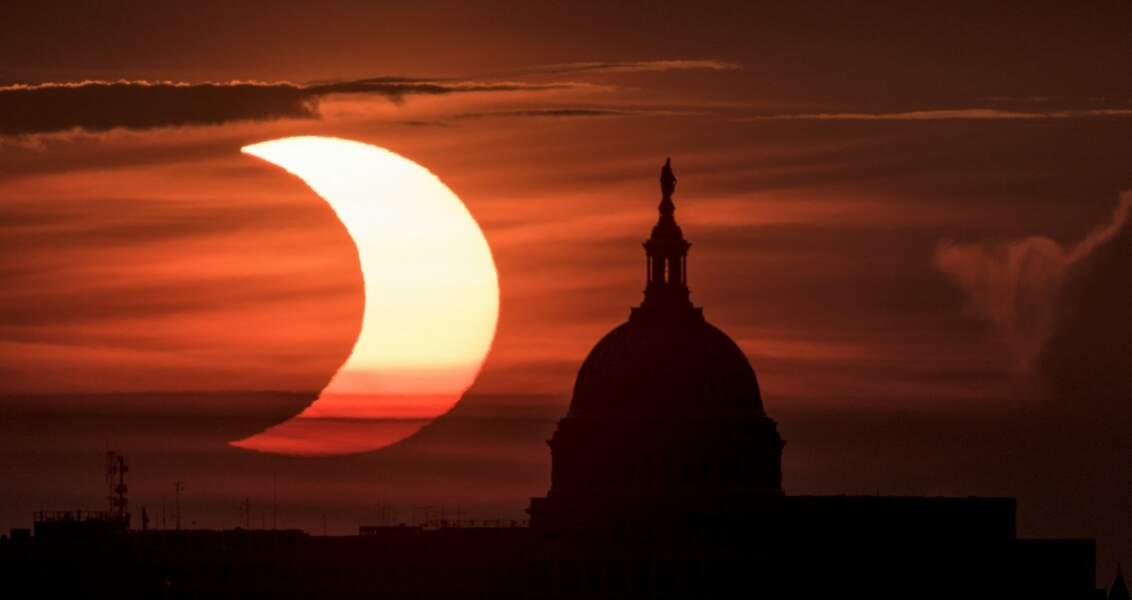 Le soleil devient un anneau de feu à Arlington en Virginie, Etats-Unis.