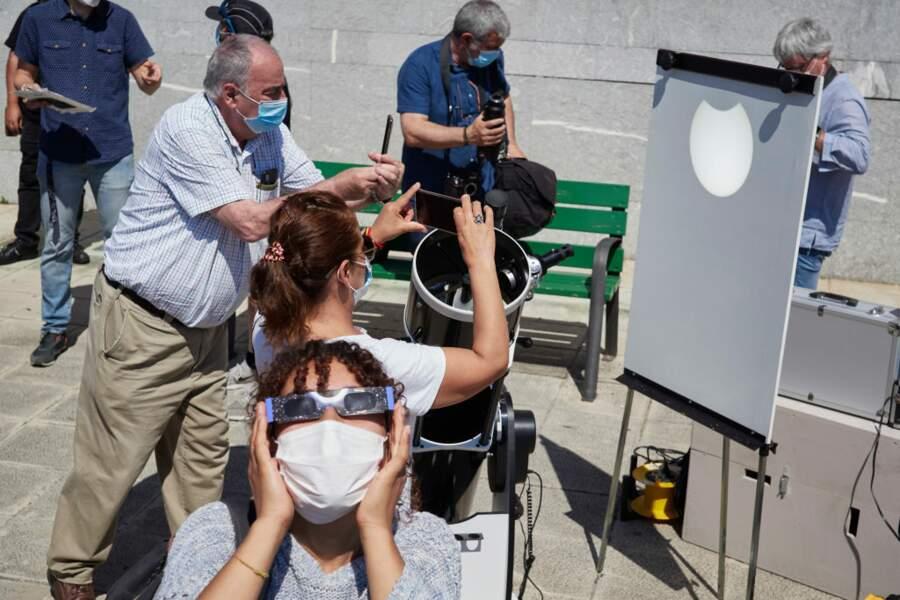 Il faut toujours bien se protéger pour voir une éclipse solaire, comme ici en Espagne