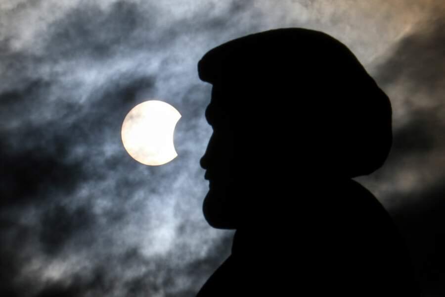 L'éclipse solaire partielle au-dessus de la statue d'Andrei Dubensky, fondateur de la ville de Krasnoïarsk.