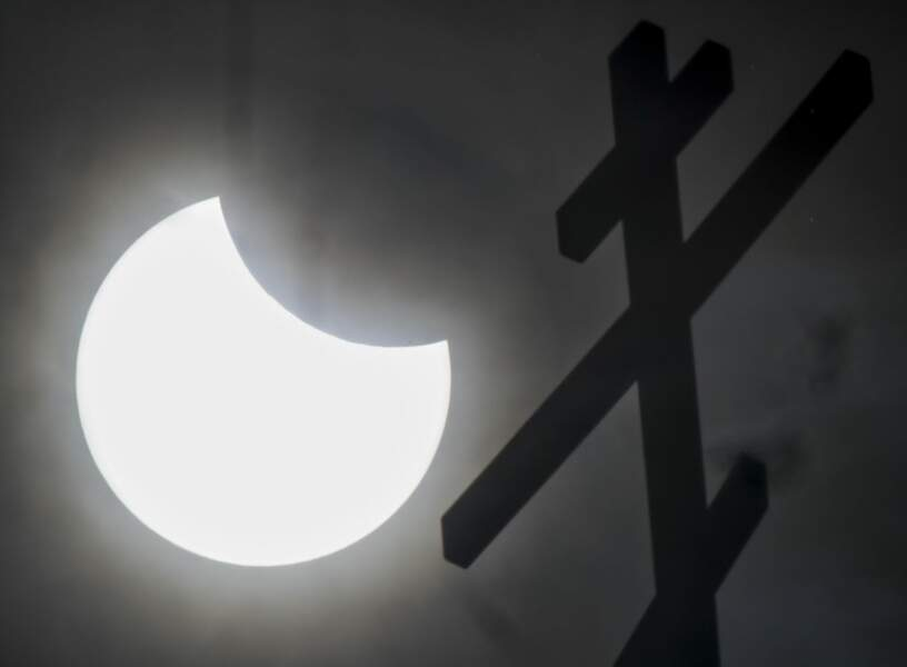 Le Soleil est croqué par la Lune à Ivanovo, en Russie