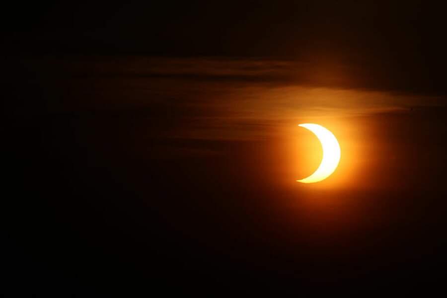 Le déconfinement en Ontario est marqué par l'éclipse solaire vue des plages