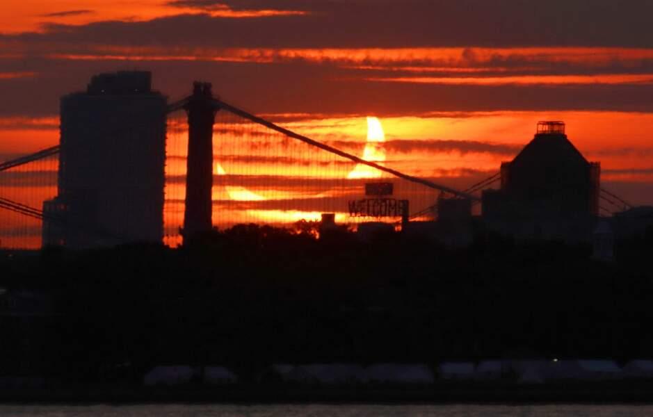 Le soleil se transforme en croissant derrière le Brooklyn Bridge à New York