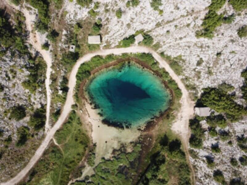 Le trou bleu de Cetina, une source abyssale