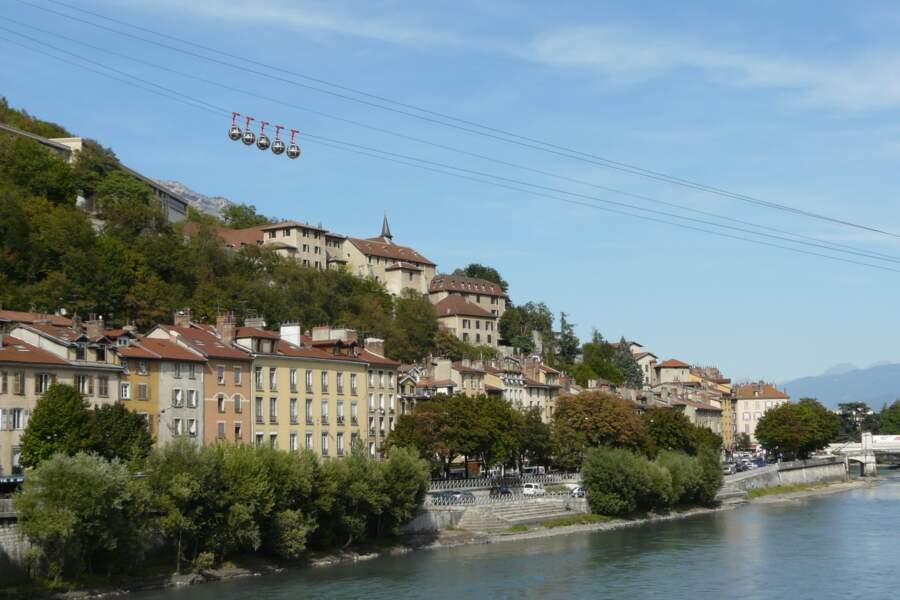 Le téléphérique Grenoble Bastille, des bulles volantes aux portes des Alpes
